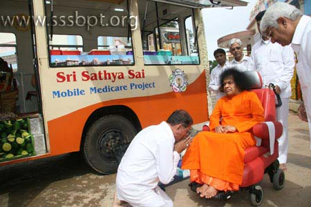 Bhagawan blessing the Mobile Hospital